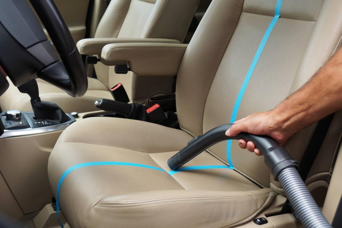 Stap 1 stofzuigen hoe je lederen interieur reinigen for Interieur reinigen auto