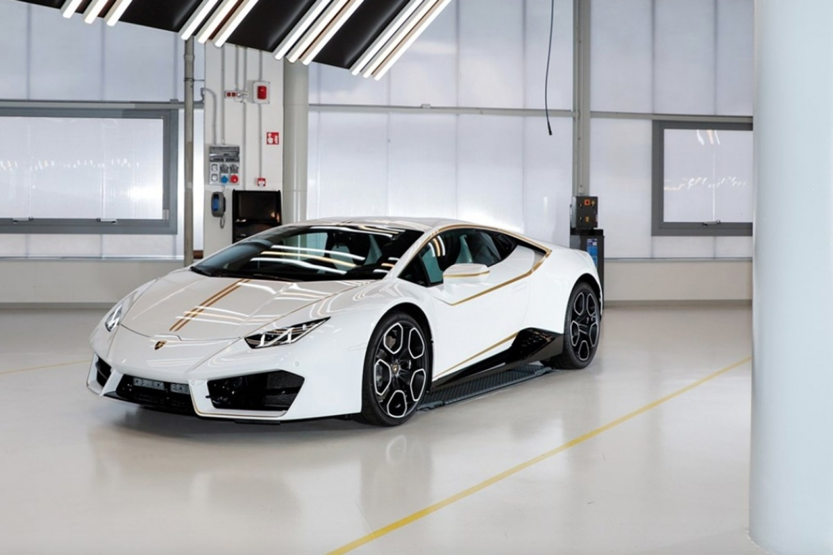 achetez la lamborghini huracan du pape actualit. Black Bedroom Furniture Sets. Home Design Ideas