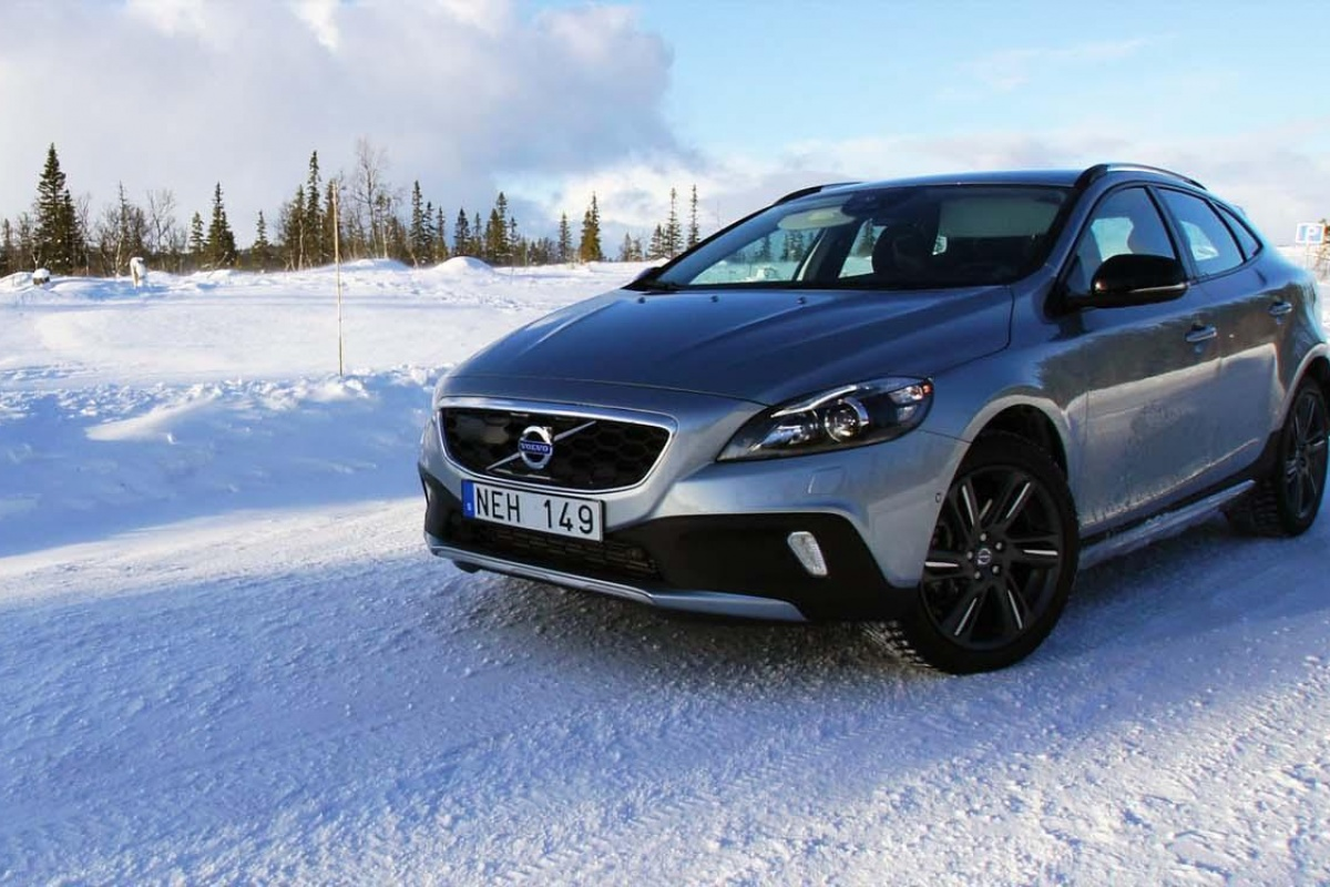 volvo v40 cross country t5 awd tests. Black Bedroom Furniture Sets. Home Design Ideas